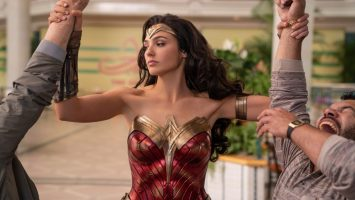 Wonder-Woman-Disarming-robbers